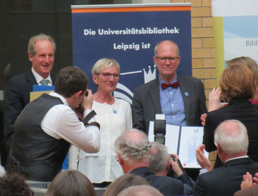Ausgezeichnet! Charlotte Bauer und Prof. Dr. Ulrich Johannes Schneider nehmen den Preis entgegen / Fotos: Peter Hinke