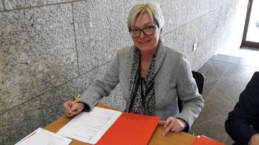 Gabriela Schaaf unterzeichnet den Notfallverbund der Kölner Archive.