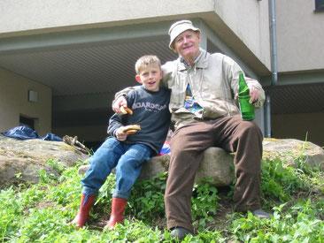 Heini Rumetsch (hier mit seinem Enkel) hat die NABU Gruppe Eberbach  1977 mitbegründet. Er stand der Gruppe von Anfang an bis 1998 vor und hat sie maßgeblich mitgeprägt. Heini Rumetsch ist bis heute in der NABU Gruppe sehr aktiv.