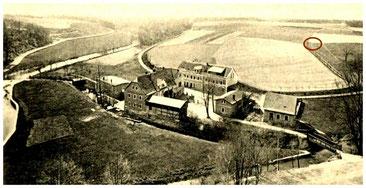 """Die Tobiasmühle vom Lotzdorfer Schafberg aus gesehen.  Auf den Feldern westlich der Mühle (im Bild rechts) ist der """"Backofenfund"""" geborgen worden, etwa an der Kreis-Markierung war der frühzeitliche Siedlungsplatz.  Museum Schloss Klippenstein"""