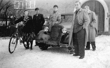 """Die """"Zoll-Kontrollstelle"""" 1950 im Schloss Klippenstein Radeberg. Links: Mitarbeiter und Lehrling vom Postamt Radeberg, rechts: Zoll-Beamte vom Zollamt Dresden mit ihrem """"Paket-Transporter"""" DKW F8.  Quelle: Sammlg. J. Wünsche"""