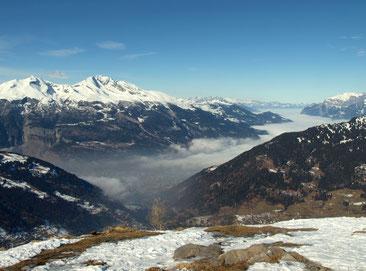 Aussicht vom Churer Joch auf die Calandakette und das Rheintal mit Nebelmeer