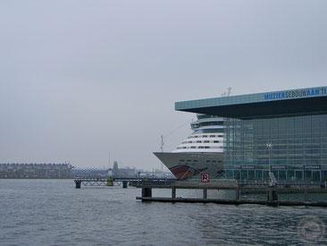 """AIDAluna """"versteckt"""" sich hinter der Oper von Amsterdam"""