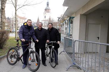"""Stadtrat Alfred Scheichel und die Gemeinderäte Mag. Klaus Bergmaier und Georg Mantler (Mitglieder der Arbeitsgruppe Alltagsradfahren) begrüßen als echte Alltagsradfahrer das Projekt """"Fahrrad-Box"""". Foto: zVg"""