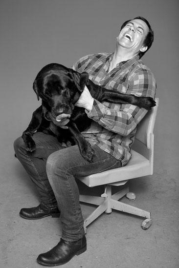 Der Verfechter von Naturkosmetik für Hunde, Reinhard Krinke mit Chester