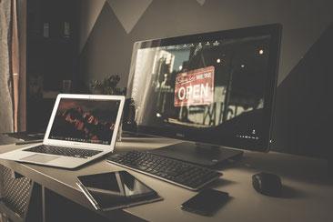 Eleganter Schreibtisch mit Laptop, All-in-One-PC, Tablet und Smartphone