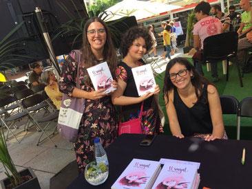 A la presentació de El Senyal a la Setmana del Llibre en Català. D'equerra a dreta: Irene (El Pingüino Lector), Mixa i Marta Meneu-Borja