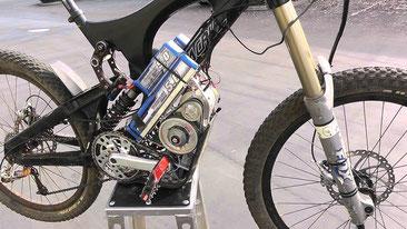Exemple d'un montage utilisant un moteur brushless qui nécécite énorment de pieces pour avoir un rapport de reduction convenable pour permettre au pedalier de tourner a la bonne vitesse...