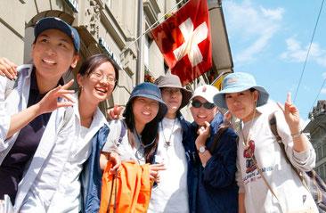 Japanische Touristen in der Berner Marktgasse.