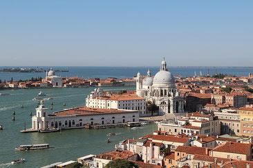 Venedig von oben mit Blick aufs Meer