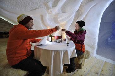 Romantisches Käsefondue unter Schneekunst © Iglu Dorf