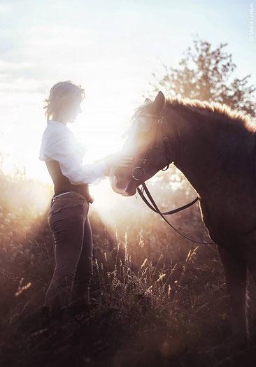 Frau mit Pferd Natur