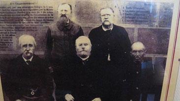 9 juin 1906, attestation des droits d'inventeur de la carte postale. Léon Besnardeau est au premier rang au centre entouré de 4 témoins.