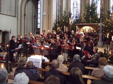 Auftakt sing mit den Kirchenbesucher Lieder an der Krippe - Foto: Auftakt