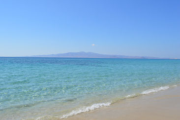 Plaka - Strand, im Hintergrund die Insel Paros