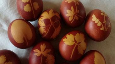 Ostereier mit Zwiebelschalen gefärbt