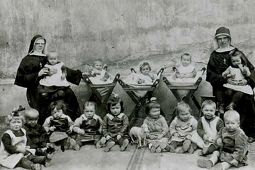Die Kreuzschwestern mit den Kindern der Krippe (1923)