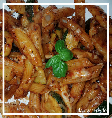Zucchini Pizza Nudeln - Nudeln Zucchini Zwiebeln Tomatenmark Gewürze Pfanne kochen lecker gesund schnell Gewürze Lilalovesfry