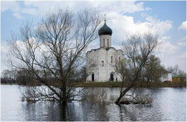Храм Покрова на Нерли в половодье. Недалеко от Владимира. 2005 г.