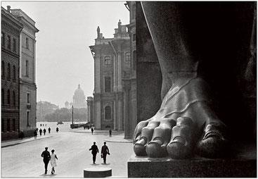 Атланты. У входа в Эрмитаж. Фото Бориса Игнатовича, 1931 г.