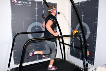 Freizeitsportlerin bei einer Spiroergometrie auf dem Laufband