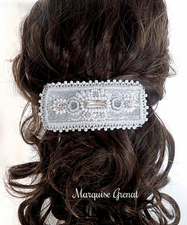 barrette-brodee-baroque-blanche-argentee-sur-tette-cheveux