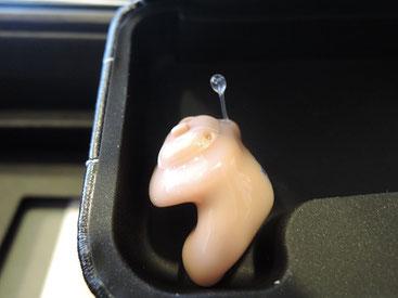 耳の中に入る、とっても小さなタイプの補聴器。