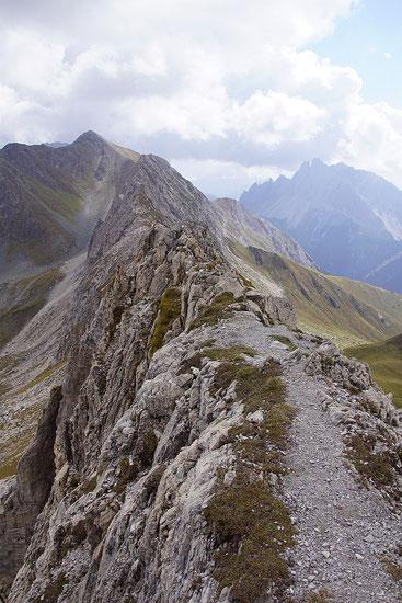 Der schamle Grat, unterwegs am Klettersteig Corrado d'Ambors, im Hintergrund links das Wildkarlegg