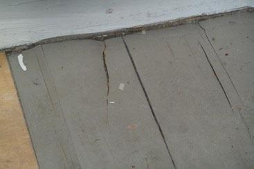 Befallener Dielenfußboden, die Farbe ist nur gerissen aber das Dielenbrett darunter hat durch Hausschwammbefall seine Festigkeit verloren