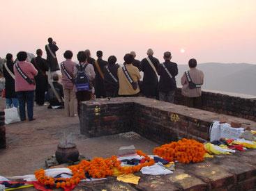 Recite the theme of NAMUMYOUHORENGEKYO toward sunrise at Mt. Sacred Eagle