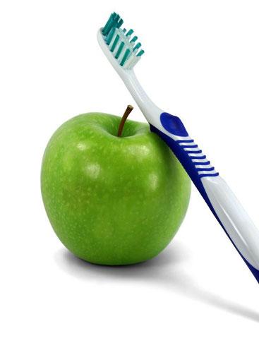 Die Zahnreinigung beim Zahnarzt wird individuell auf den einzelnen Patienten angepasst.