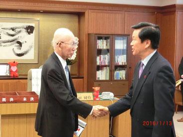森田千葉県知事と握手を交わす石井会長