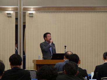講演する㈱ちばぎん総研の関部長