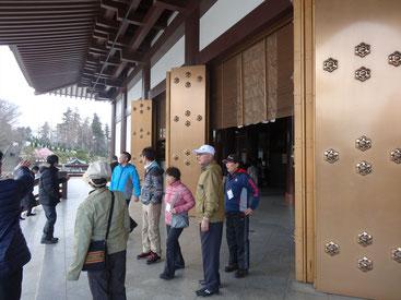 成田山新勝寺の本堂から境内を見学する様子