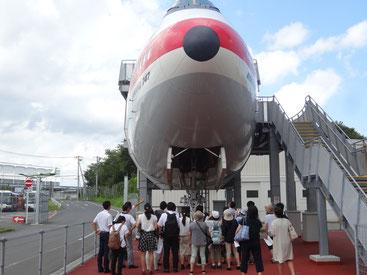 航空科学博物館の方から説明を受ける様子