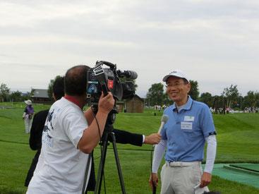 札幌テレビのインタビューを受ける小松経済活性化部会長