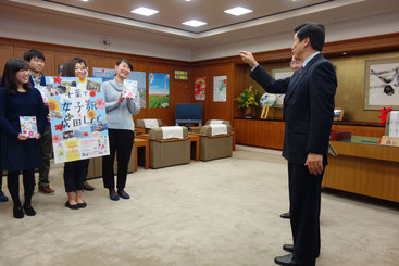 森田千葉県知事から激励を受ける学生メンバー
