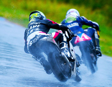 サーキットでのレース。レーシングスーツ