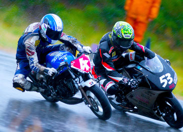 雨のサーキット、レーシングスーツ