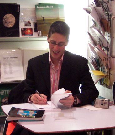 Alison Bechdel signiert ein Buch, London 2006, Wikimedia Commons