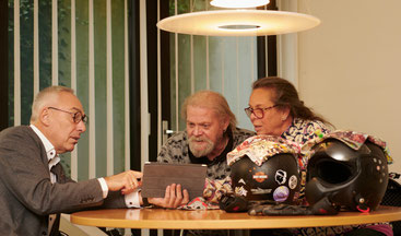 Rainer Mayer mit einem Ehepaar bei einer Versicherungsberatung