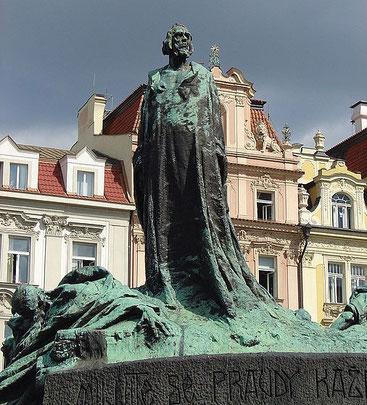Jan Hus est un théologien, universitaire et réformateur religieux tchèque. Tout comme Wyclif, il s'élève contre le clergé, prêche la réforme de l'Église et le retour à la pauvreté évangélique. L'Évangile est la seule règle, chacun a le droit de l'étudier.