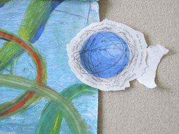 Blaue Tuschzeichnungen auf Leinentuch