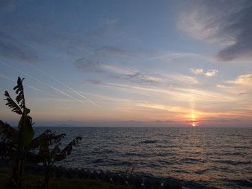 夕日に向かって3本の飛行機雲