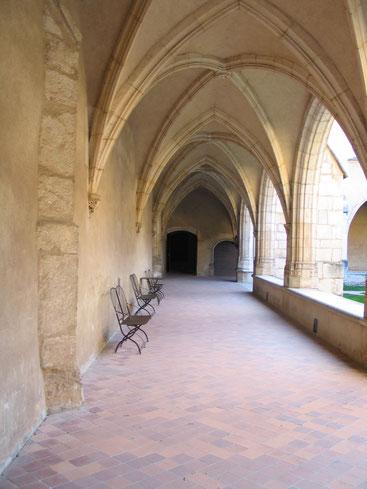 Bild: der erste Kreuzgang in der Monastère de Brou in Bourg-en-Bresse