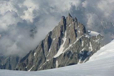In der Bergführer-Metropole Chamonix, im Bild die Aiguille du Midi mit Bergbahn und Aussichtsplattform auf fast 4.000 Metern.