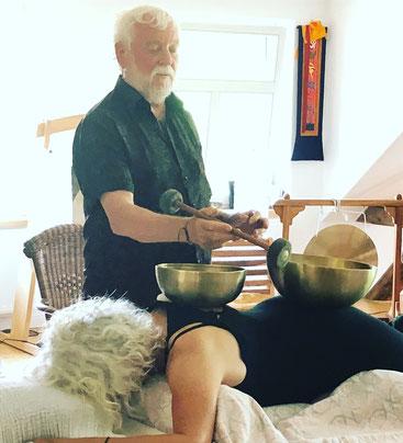 Peter Hess gibt Teilnehmerin eine Klangmassage