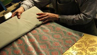 Impression en relief d'un velours de soie à la planche de cuivre (concours MOF 2010)  © Bleu de Cocagne Cliché Yves Benoît