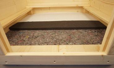 Wurfbox von welpen-wurfkiste.de mit Vlies, wasserdichtem Frotteelaken und Schaumstoffmatte