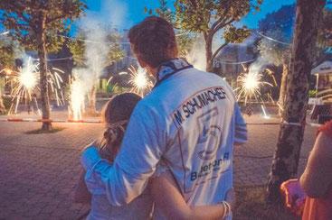Das Brautpaar genießt das Feuerwerk